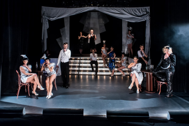 Scenę Konsulatu Kultury zaaranżowano na klub dancingowy z lat 20. i 30. minionego wieku, w którym na niewielkiej przestrzeni pomieściło się trzynaścioro wykonawców.