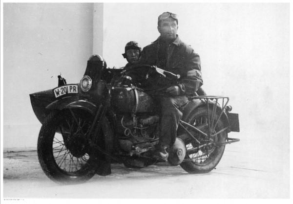 Ten motocykl na szczęście nie spłonął. Nz. Zdzisław Węgrzecki na motocyklu Harley Davidson, zwycięzca etapu Gdynia-Poznań podczas rajdu motocyklowego dookoła Polski, który odbył się w 1931 r. Zdjęcie wykonano 19 maja.