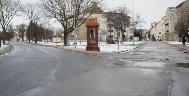 Geometria kluczowego skrzyżowania na Oksywiu stwarza sporo trudności kierowcom. Obszar jest jednak pod ochroną konserwatorską i widoczna kapliczka musi w dzielnicy pozostać.