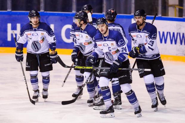 Po wygranej z liderem PHL, gdańscy hokeiści jadą do lidera rozgrywek GKS Tychy. Muszą jednak oszczędzać siły, bo w zespole nie brakuje kontuzji, a drużynę czekają niebawem mecze, które przesądzą o awansie do play-off.