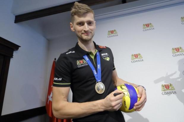 Piotr Nowakowski jest medalistą mistrzostw świata z 2014 i 2018 r. Na aukcji możemy nabyć piłkę z jego podpisem.