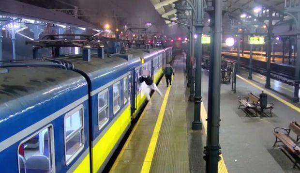 Na kadrze z monitoringu widać, jak napastnik ucieka z pociągu SKM po pobiciu pasażera, który stanął w obronie zaczepianej kobiety.
