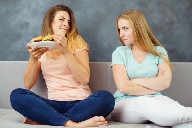 Zachęć do zmiany nawyków rodzinę, przyjaciółkę, a może dołącz do grupy - w social mediach jest ich sporo. Wymieniajcie się osiągnięciami, motywujcie się wzajemnie do pracy nad doskonaleniem nawyków żywieniowych czy do realizowania aktywności fizycznej.