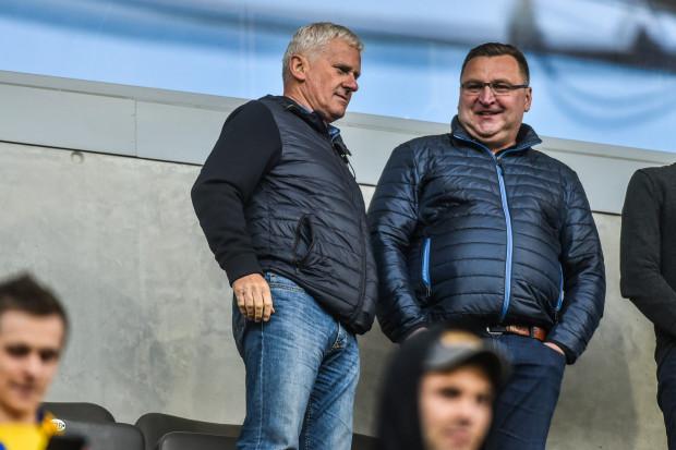 Michał Listkiewicz (z lewej) w rozmowie z trenerem reprezentacji Polski do lat 21, Czesławem Michniewiczem.