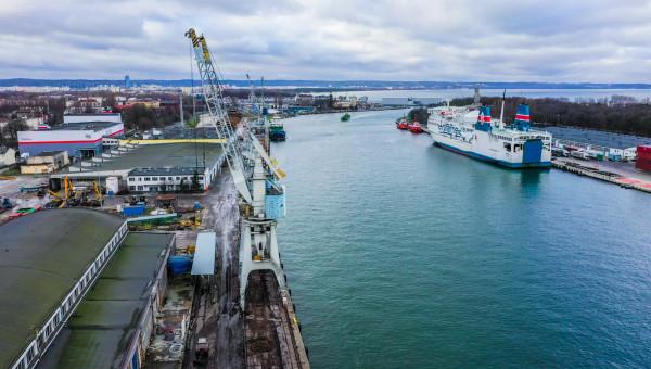 Atutem Nabrzeża Oliwskiego jest dogodne połączenie z siecią dróg kołowych, kolejowych i wodnych.