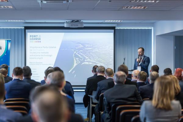 W II Forum Bezpieczeństwa Przemysłu Morskiego, zorganizowanym przez PZU LAB SA, Pomorską Specjalną Strefę Ekonomiczną, Port Gdańsk i NASK SA udział wzięło około 140 osób ze świata biznesu, nauki i administracji.