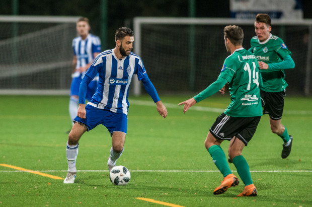 Do przerwy Bałtyk zdobył dwa gole, ale Michała Marczaka (z piłką) w strzelaniu bramek wyręczyli rywale, którzy sami dwukrotnie skierowali piłkę do własnej siatki.