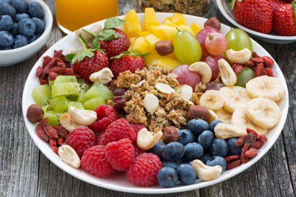 Alternatywny nawyk, który będzie sprzyjał chudnięciu lub lepszemu zdrowiu to np. przegryzanie owoców.