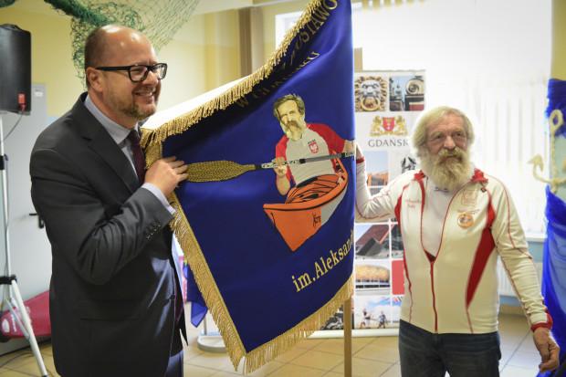 Uczniowie Morskiej Szkoły Podstawowej poznali prezydenta Pawła Adamowicza podczas uroczystości nadania placówce imienia Aleksandra Doby.