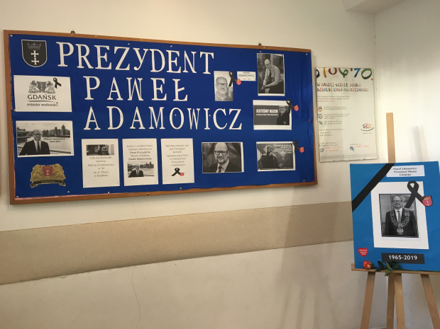 Uczniowie i pracownicy gdańskich szkół oddają hołd tragicznie zmarłemu prezydentowi Pawłowi Adamowiczowi na różne sposoby, n.in. organizując apele pamięci, ubierając się na czarno w czasie trwania miejskiej żałoby. Uczniowie Szkoły Podstawowej nr 50 w Gdańsku, której absolwentem był prezydent Adamowicz, przygotowali tablicę pamiątkową.
