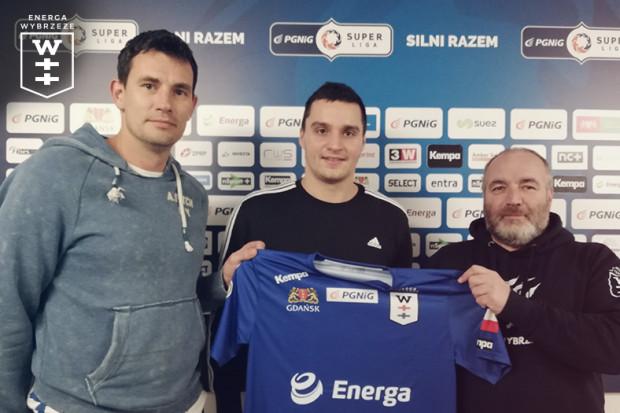 1db085903 Kelian Janikowski (w środku) z trenerem Marcinem Lijewskim (z lewej) i  prezesem