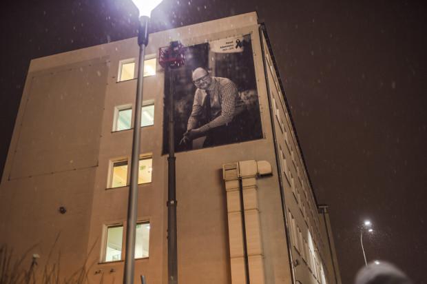 Trójmiasto żegna Prezydenta Gdańska Pawła Adamowicza. Zdjęcie na elewacji Urzędu Miejskiego w Gdańsku.
