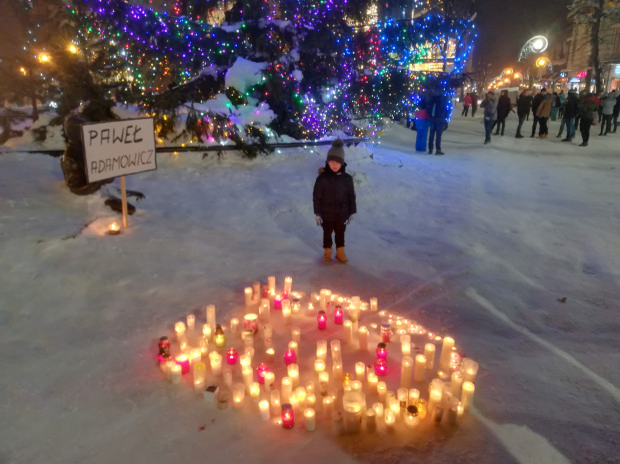 Serce ze zniczy ułożone 16 stycznia w Zakopanem.