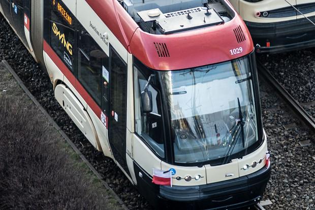 Wszystkie tramwaje i autobusy w Gdańsku kursują z biało-czerwonymi flagami z kirem.