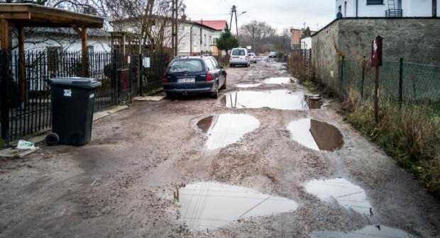 W całości ulica będzie utwardzona, gdy znajdą się na to środki.