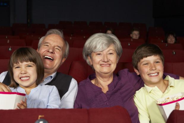 Najcenniejszym prezentem jest zawsze wspólnie spędzony czas. Dlatego też warto zaprosić dziadka i babcię do kina, do teatru, do kawiarni, do restauracji lub na spacer.