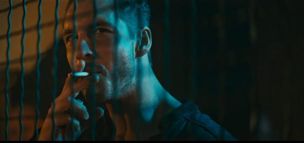 """""""Diablo"""" narzeka nie tylko na brak spójnej fabuły i porządnej jakości efektów specjalnych, lecz także na niedostatek bohaterów, którzy nie ocieraliby się o autoparodię - jak choćby Kieł w wykonaniu Mikołaja Roznerskiego."""