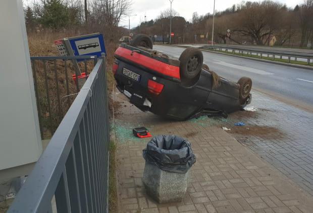Ten samochód dachował... na przystanku autobusowym.