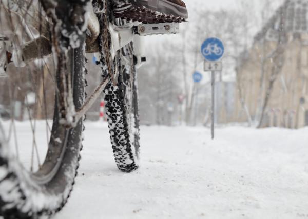 Jeśli jeździmy na rowerze cały rok, nie musimy rezygnować z tego także podczas mroźnej, śnieżnej zimy.