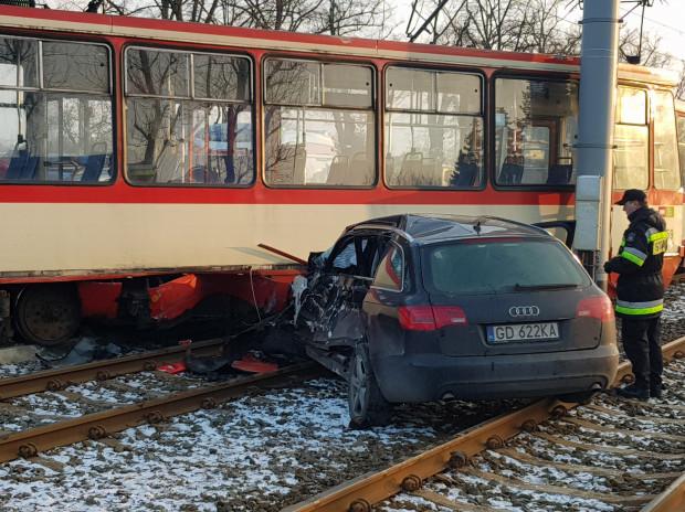 Uderzenie było na tyle mocne, że tramwaj się wykoleił, a samochód osobowy obróciło o 180 stopni.