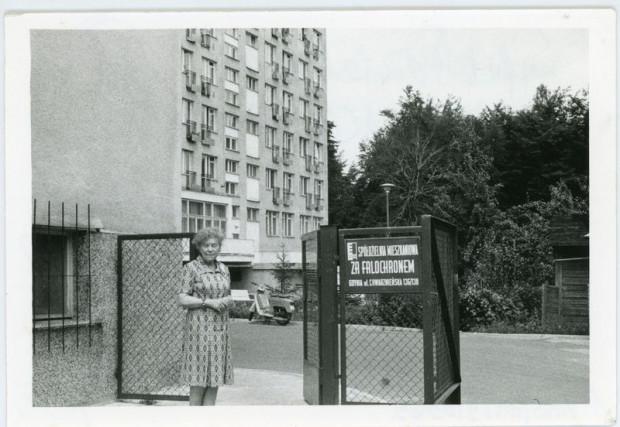 """Dr Jadwiga Titz-Kosko przed wejściem do Spółdzielni Mieszkaniowej """"Za Falochronem"""", 1973 r. Autor fot. nieznany (ze zbiorów Muzeum Miasta Gdyni)"""