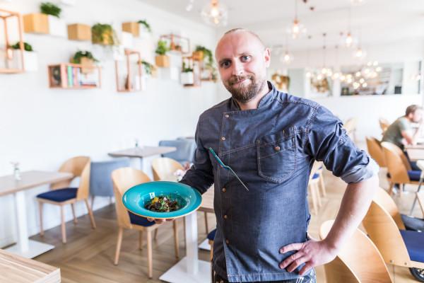 Goście czasami chcą mocno modyfikować dania, a my staramy się wychodzić naprzeciw ich oczekiwaniom. Nie można się ograniczać - mówi Kamil Kowalski z restauracji Północ Południe.