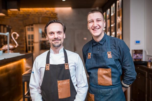 Paweł Wątor i Pavlo Gorianskyi opowiadali o serwowanych daniach i koktajlach w trakcie kolacji.