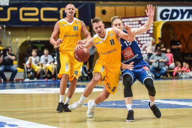 Koszykarze Arki już po raz trzeci w tym sezonie zmierzą się z Anwilem. Na zdjęciu Marcel Ponitka (nr 11) i Dariusz Wyka (nr 91) oraz Jarosław Zyskowski (nr 15).