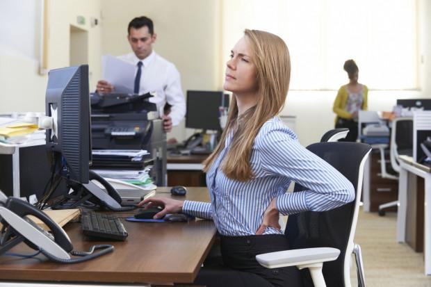 Bóle kręgosłupa to częsty problem u pracowników biurowych.