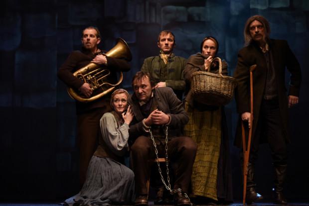 """Efektowne kostiumy Hanny Szymczak to największy atut """"Przygód Remusa"""" Teatru Miejskiego w Gdyni. Na scenie społeczność Pustkowia."""