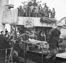 Transport rannych z pokładu Ślązaka po akcji pod Dieppe.