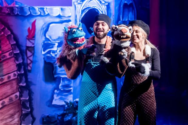 Aktorzy zazwyczaj chowają się za parawanem, czasem jednak wychodzą z lalkami do widzów (na zdjęciu Jakub Piprowski i Martyna Janczewska).
