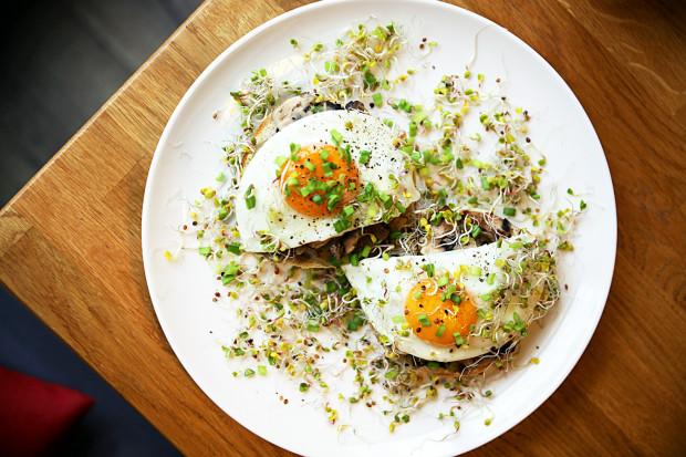 Motto Bistro wyróżnia się na tle knajpek i restauracji na ul. Wajdeloty. Czym? O tym poniżej. Na zdjęciu: brioszka na ciepło z jajkami sadzonymi, pieczarkami i cebulką.