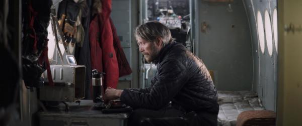 Overgard (Mad Mikkelsen) jest jedynym ocalałym z lotniczej katastrofy. W arktycznej scenerii urządza prowizoryczny obóz w zniszczonej częściowo maszynie i czeka na ratunek. Niespodziewanie to jednak mężczyzna stanie się tym, który niesie pomoc.
