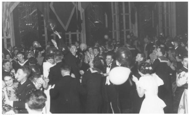 Uczestnicy balu podczas tańca w auli Państwowej Szkoły Morskiej w Gdyni.