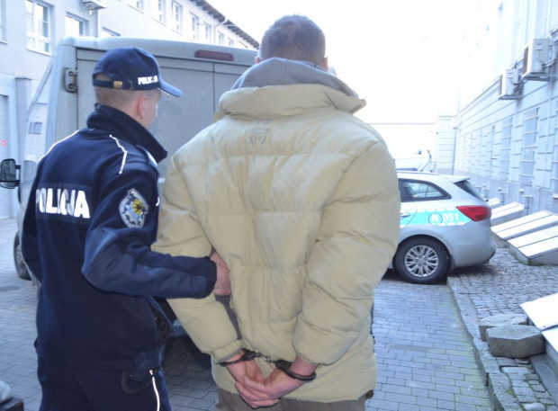 51-latek kilka dni wcześniej opuścił areszt, w którym przebywał w związku ze śledztwem dotyczącym pobicia sąsiadów, tych samych, którym w sobotę groził śmiercią.