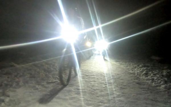 Wieczorne treningi sprawdzają umiejętności jazdy w terenie na różnych nawierzchniach.