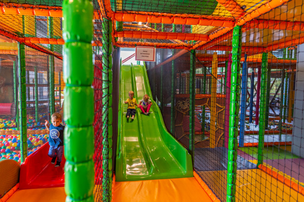 Sala zabaw Honolulu także sprzyja rodzinnym wyprawom. W czasie zabawy dzieci - rodzice mogą napić się smacznej kawy.