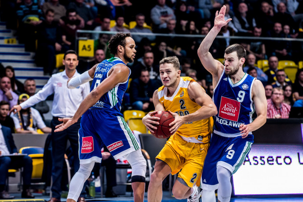 Marcel Ponitka (nr 2) oraz jego koledzy z Arki Gdynia będą musieli ponownie zmagać się w obronie z MVP poprzedniego sezonu, Ivanem Almeidą (pierwszy z lewej). Zapewne pomoże im w tym nowy nabytek, Marcus Ginyard.