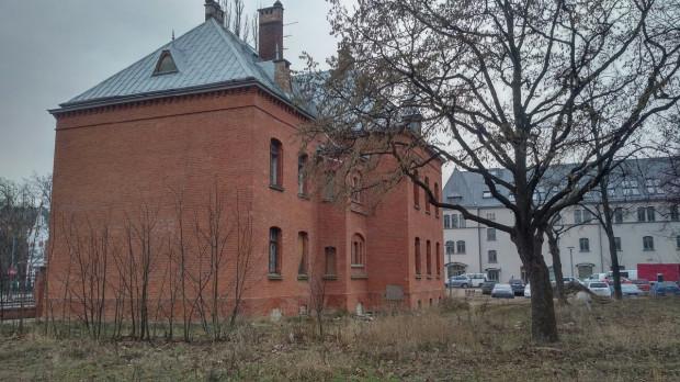 Budynek nr 29 na terenie Garnizonu, który zostanie zaadaptowany na akademik. W tle budynek nr 13, który również będzie pełnił taką funkcję.
