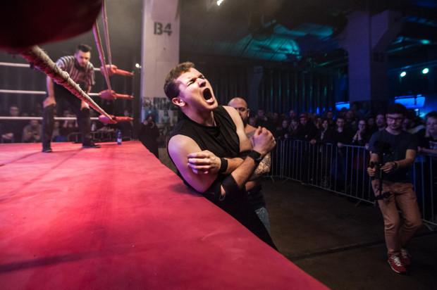 Wrestling to dyscyplina sportowa zawierająca elementy walki i spektaklu.