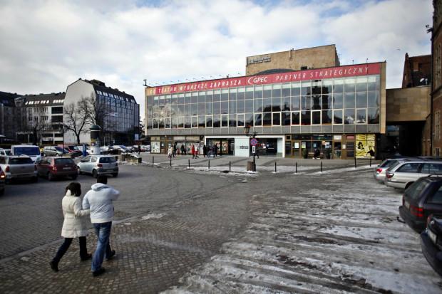 Teatr Wybrzeże dysponuje aż sześcioma scenami, z czego obecnie jedna - Malarnia - jest w remoncie, który ma się skończyć jeszcze w 2019 roku. Ponadto są to: Duża Scena, Stara Apteka i Czarna Sala w Gdańsku, Scena Kameralna w Sopocie oraz Scena Letnia w Pruszczu Gdańskim.