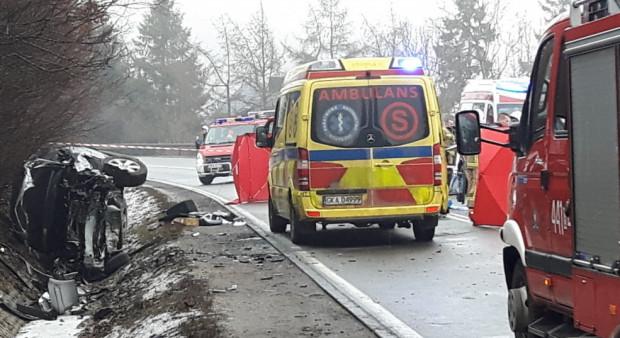 W wypadku poszkodowane zostały cztery osoby - dwie z nich, mimo prób reanimacji, zmarły.