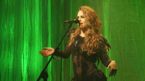"""Sandra Brucheiser przy pomocy piosenek """"Boskie Buenos"""" i """"Bezludna wyspa"""" tworzy kilkuminutowy monodram o kobiecie """"z przeszłością""""."""