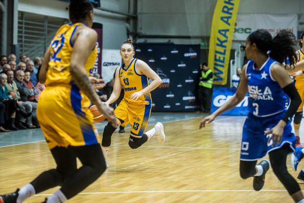 Emma Cannon i Anna Makurat (z piłką) zdobyły dla Arki Gdynia najwięcej punktów w meczu z Wisłą Can-Pack Kraków, ale warto podkreślić także rolę w tym sukcesie koszykarek rezerwowych.