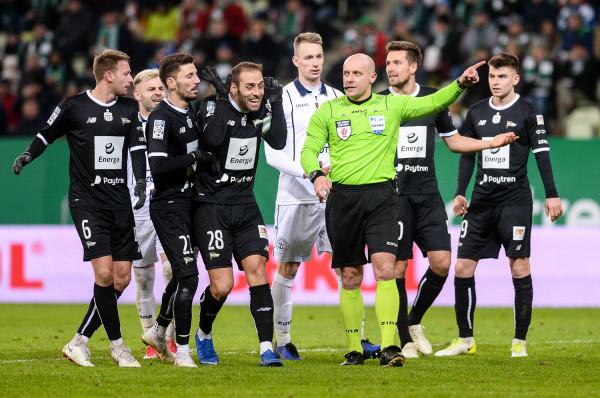 Flavio Paixao (nr 28) i Filip Mladenović (22) sprawili, że Lechia Gdańsk wygrała mecz, w którym momentami Pogoń Szczecin w posiadaniu piłki zbliżała się do 70 procent.