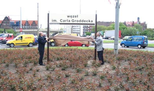 Peter von Groddeck (z prawej) odsłania tablicę z nazwą węzła drogowego imienia jego przodka.