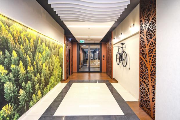 Aranżacja wnętrza zaczyna się już od korytarza, gdzie znalazł się rower.