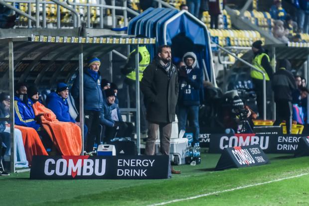 Zbigniew Smółka przyznaje, że ma małe pole personalnego manewru, co ujawnia się, gdy kolejni piłkarze pauzują za kartki. Jednak pewnych opcji w ofensywie szkoleniowiec pozbawił się sam.