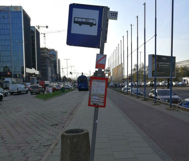 Przystanek autobusowy przy kompleksie biurowców przy Grunwaldzkiej w Oliwie idealnie symbolizuje stan komunikacji miejskiej w tej okolicy. A przecież pracuje tu co najmniej 20 tys. osób.